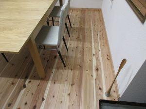 事務所の杉板フロア