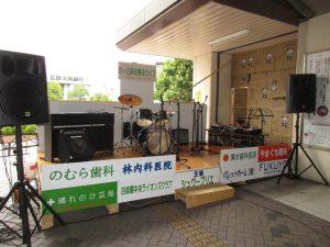 募金ライブの舞台