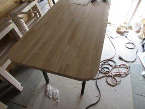 角の丸いテーブル