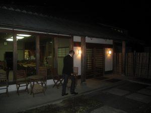 奈良学セミナーハウス前の太田さん